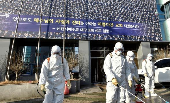 工作人員正為「新天地教」大樓進行消毒工作(路透社資料圖片)