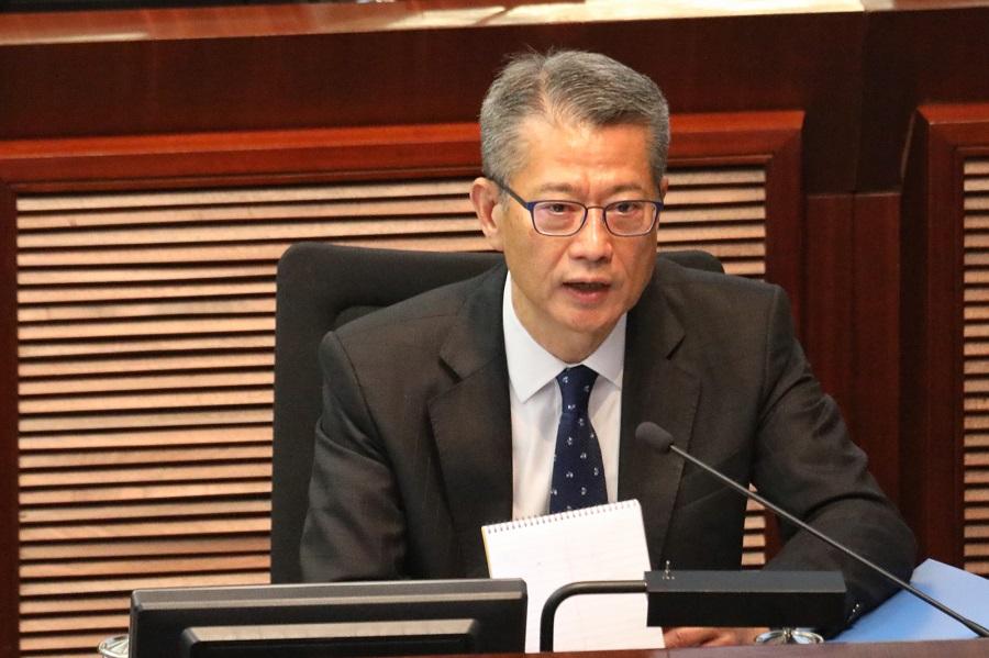 陳茂波批評反對派將派錢與警隊開支綑綁審批的說法是「風馬牛不相及」(中新社資料圖)