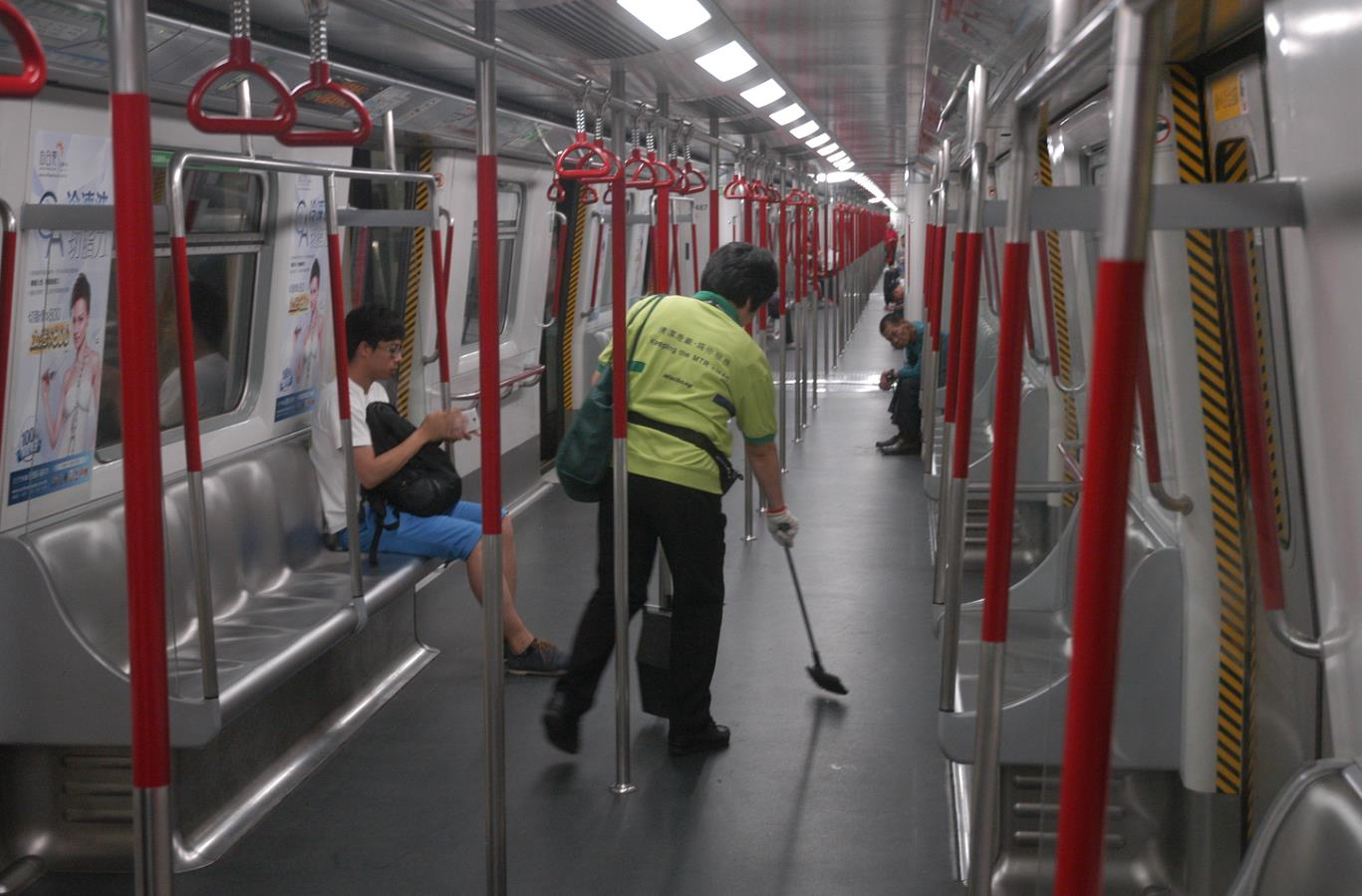 港鐵擬引入20部消毒機械人,協助清潔車廂車站(點新聞資料圖片)