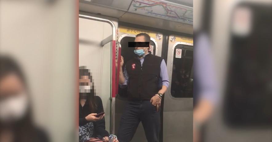 網上流傳影片顯示,外籍乘客往車廂扶手抹口水(影片截圖)
