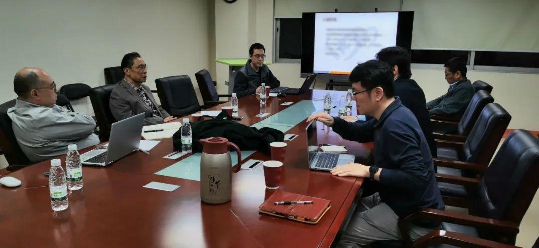 1月25日晚上,鍾南山院士與上海宋元林教授連線開會