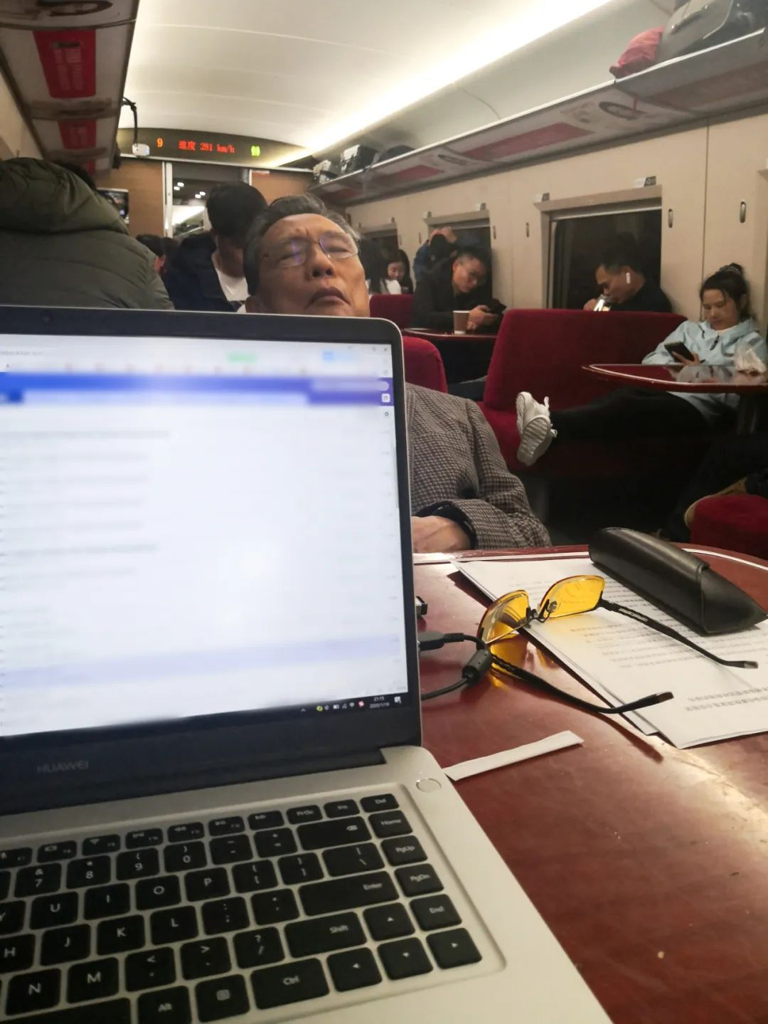 1月18日,在趕往武漢的列車上睡着