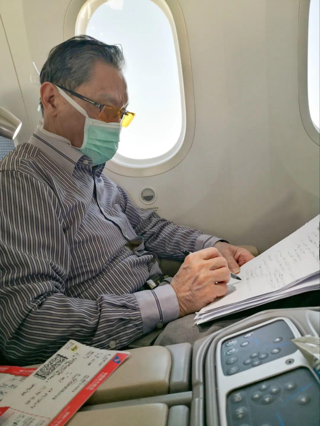 1月30日,鍾南山院士在飛機上處理工作