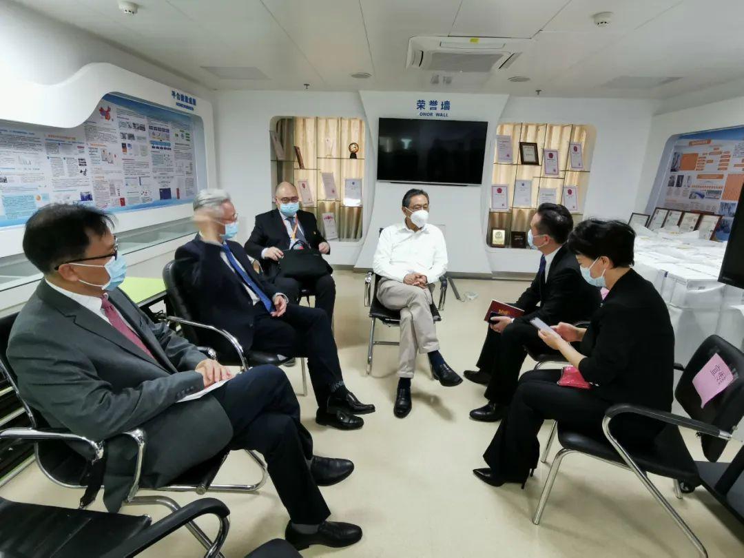 2月27日,鍾南山院士與廣州市新聞辦負責同志商討新聞通氣會事宜