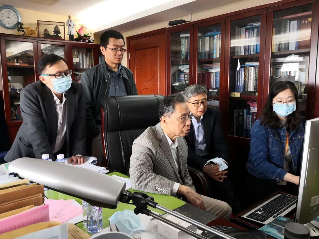 3月14日,在辦公室研究疫情防控的相關工作