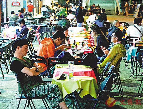 對於政府提出暫禁領有酒牌的食肆和酒吧等賣酒,部分行政會議成員有保留(香港文匯報記者 攝)