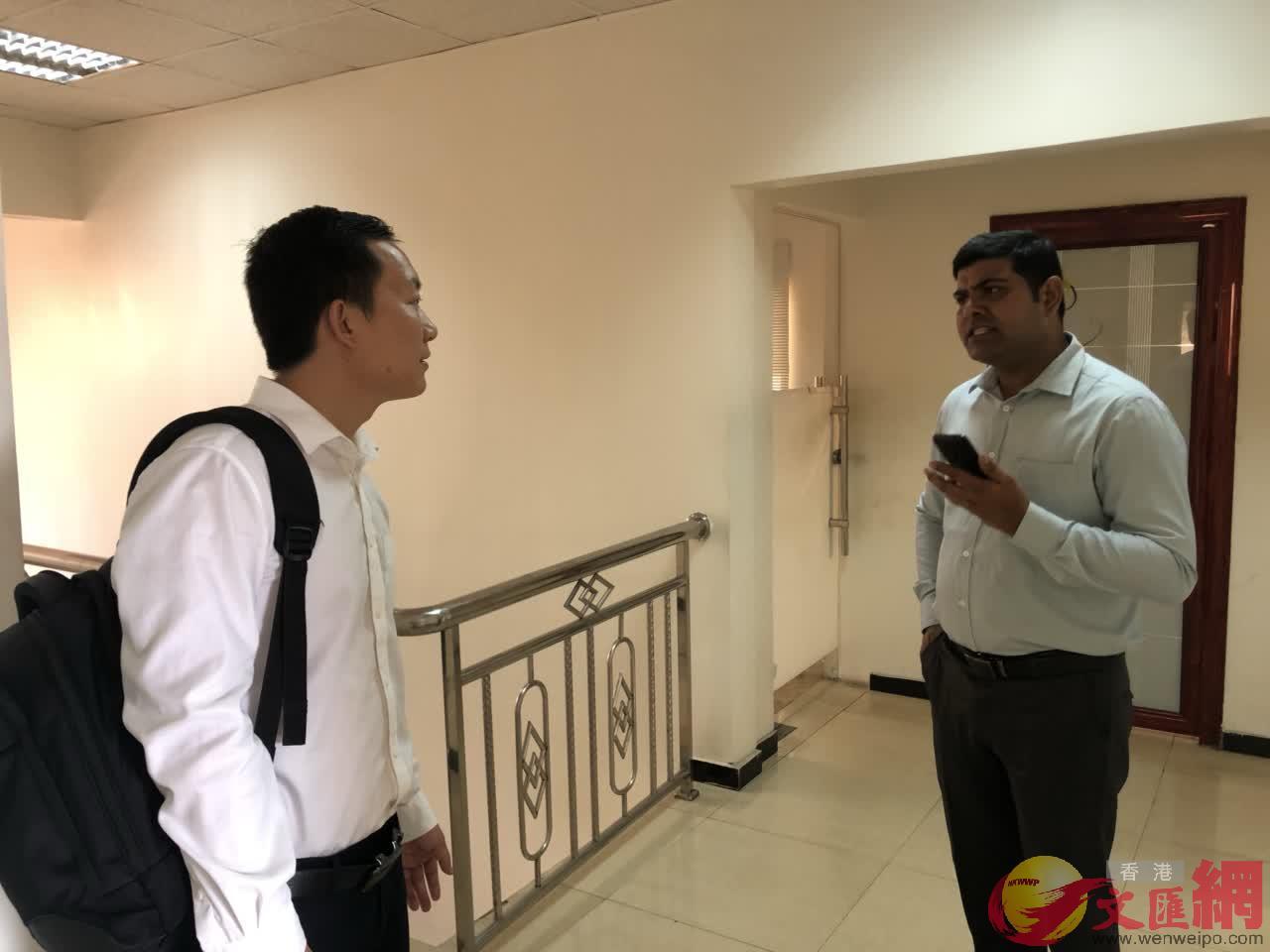 王亞鋒與印度裔僱員交流(記者 李理 攝)