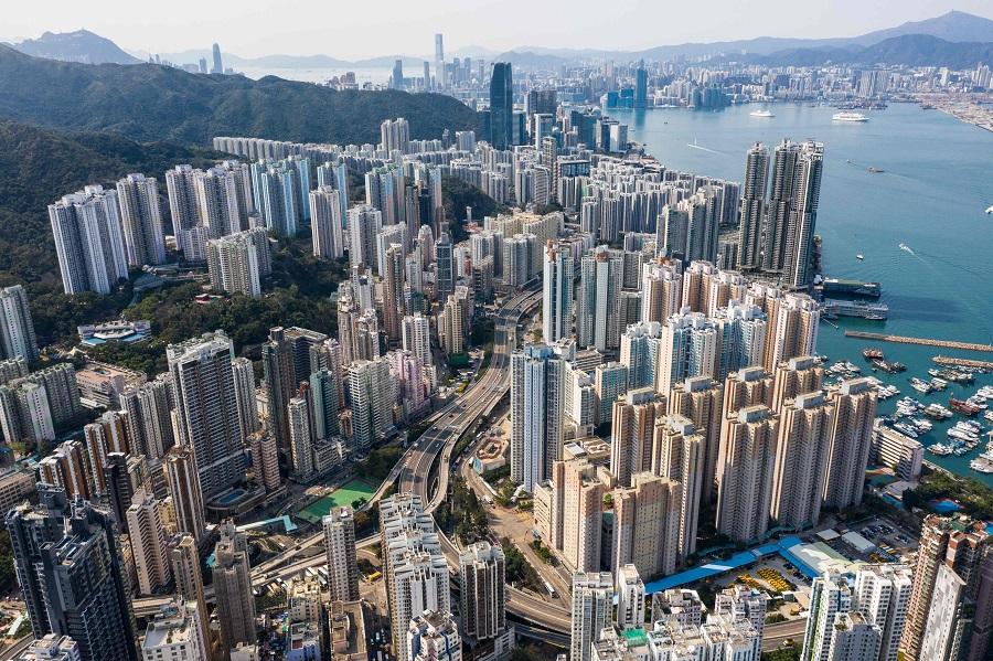 評級機構惠譽再度將香港的信用評級下降一級至「AA-」(法新社資料圖片)