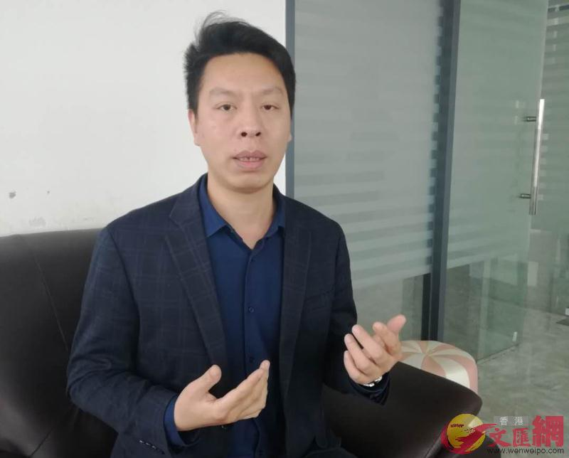 劉榮幫表示,他們生產的飾品因海外訂單大量取消而損失慘重,只得積極尋求拓展內銷(記者 李昌鴻 攝)