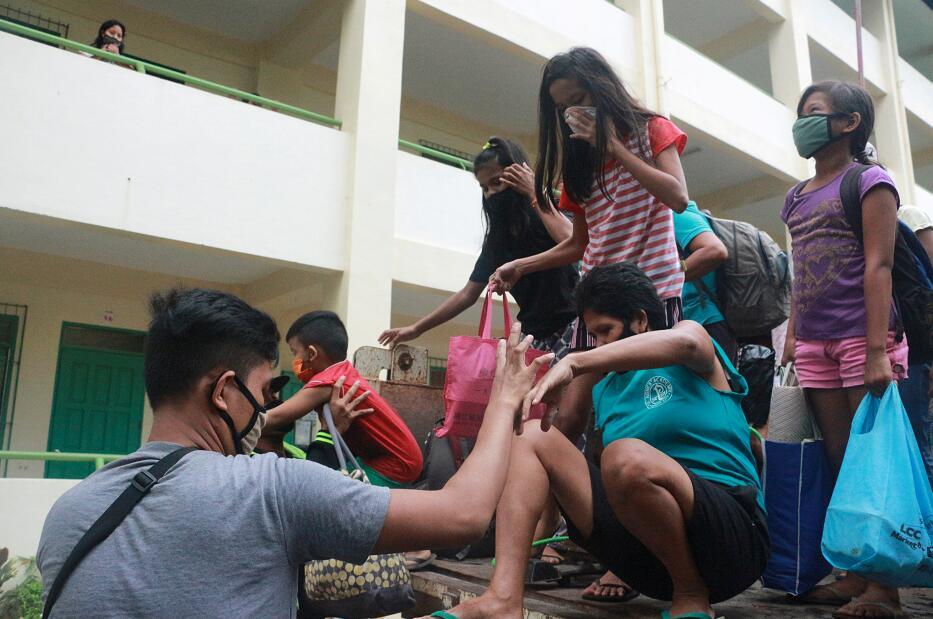 強颱風「黃蜂」吹襲菲律賓,約20萬居民緊急疏散。(路透社圖片)