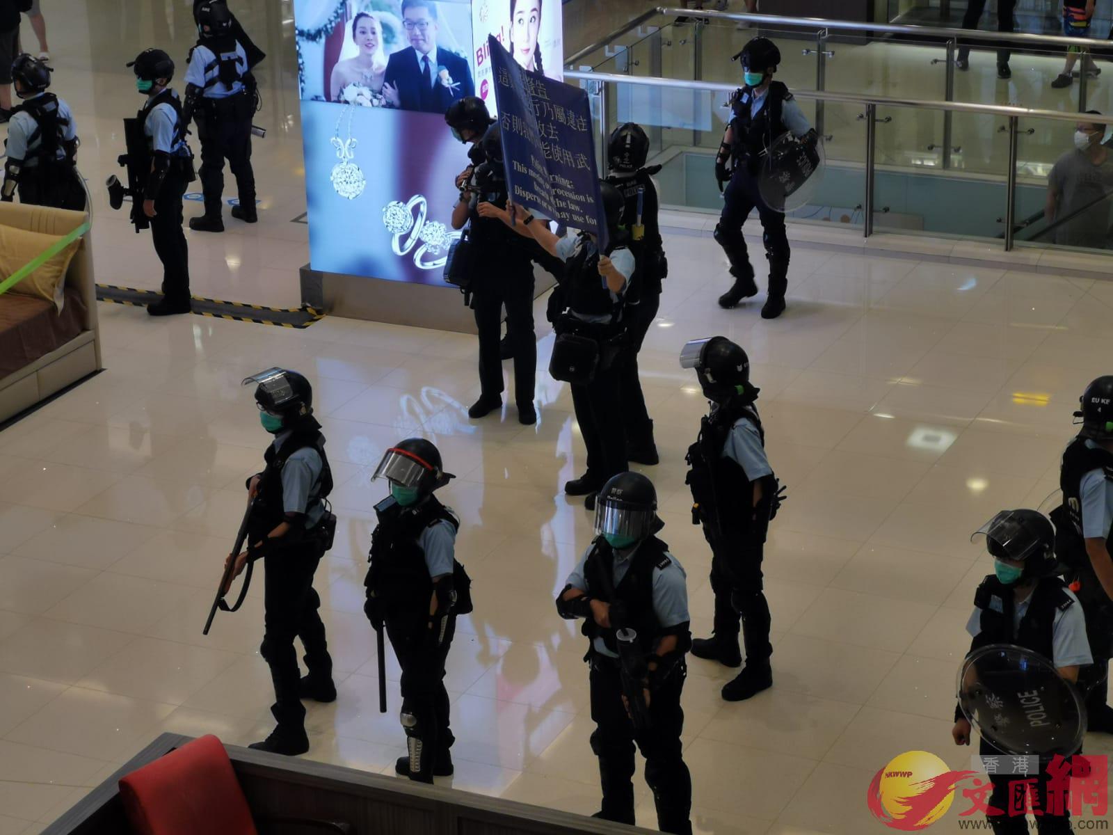 防暴警在將軍澳東港城商場舉藍旗拘捕8人(大公文匯全媒體記者何燊亮攝)