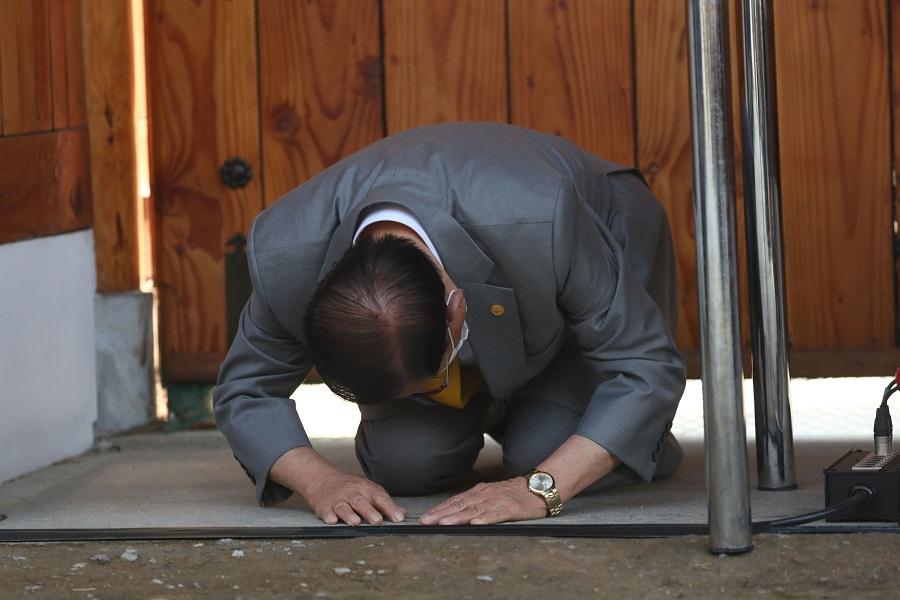 新天地教主李萬熙在記者會上當眾下跪道歉,並承諾全力協助政府防疫工作(法新社)