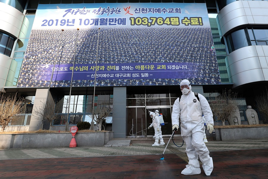 韓國防疫人員此前在新天地教會消毒清潔。