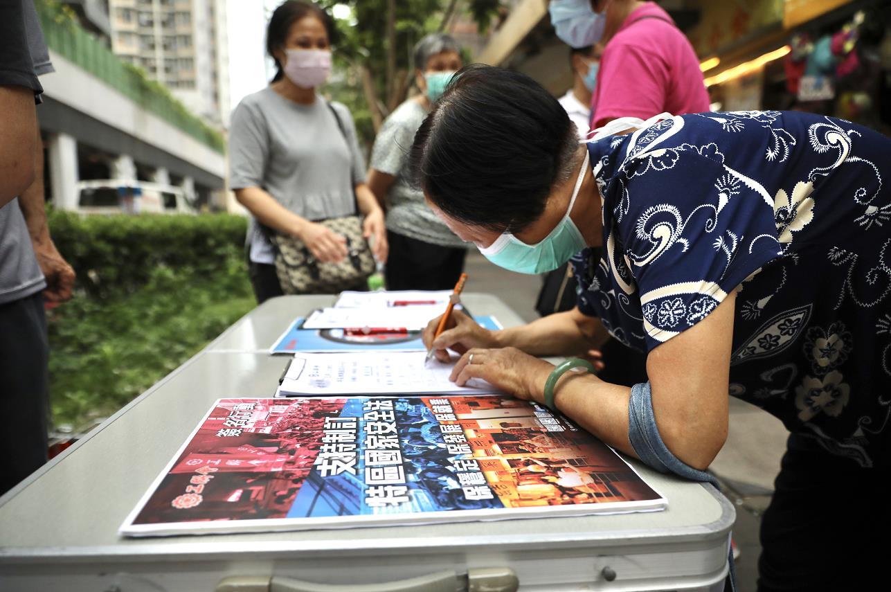 市民爭相傳閱大公報、香港文匯報出版的全國人大有關決定的號外。資料圖片