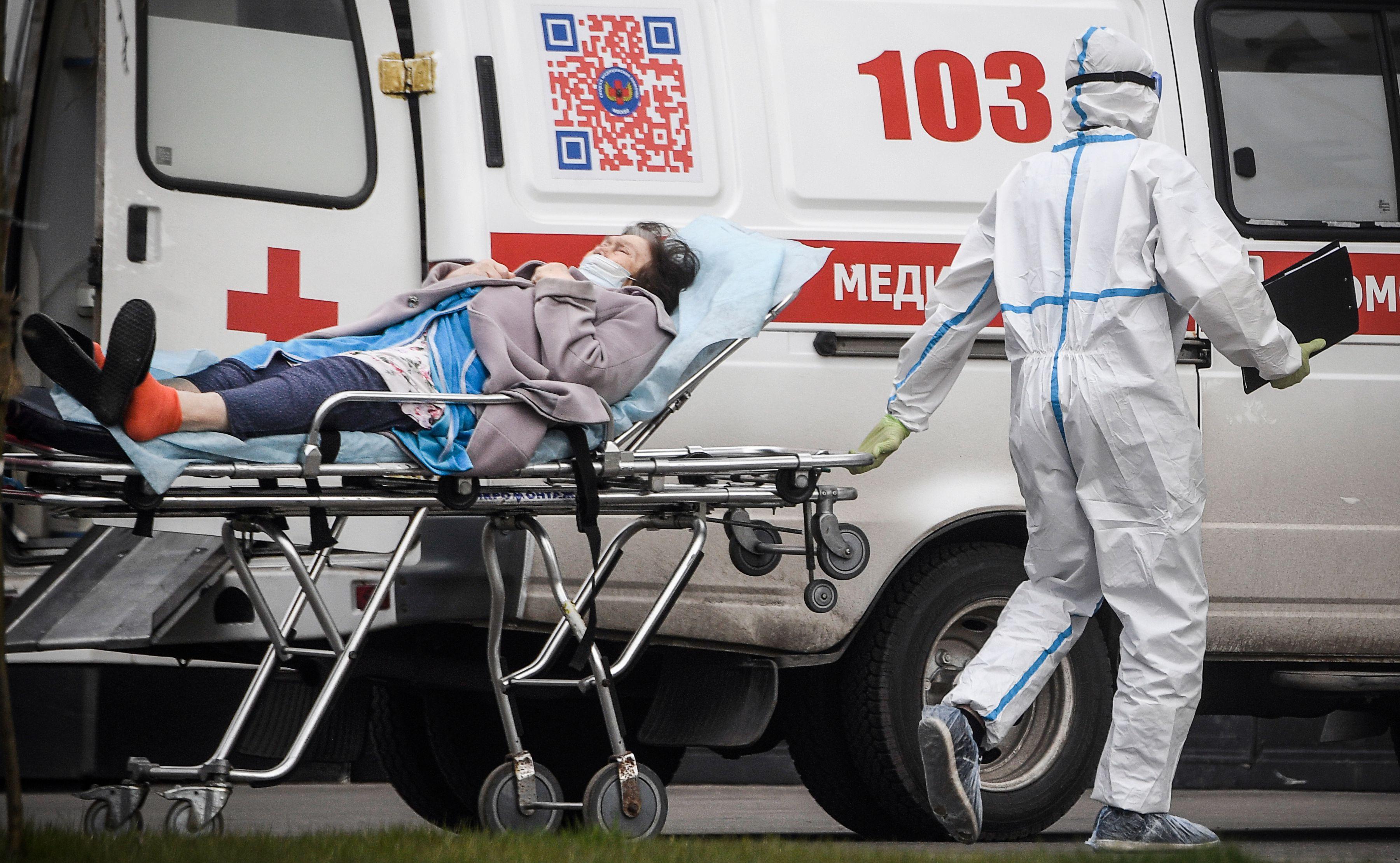 俄羅斯總統普京警告說,俄羅斯可能在今年秋天遭遇第二波新冠肺炎疫情的襲擊。圖為莫斯科一名军医将患者送入医院(法新社)