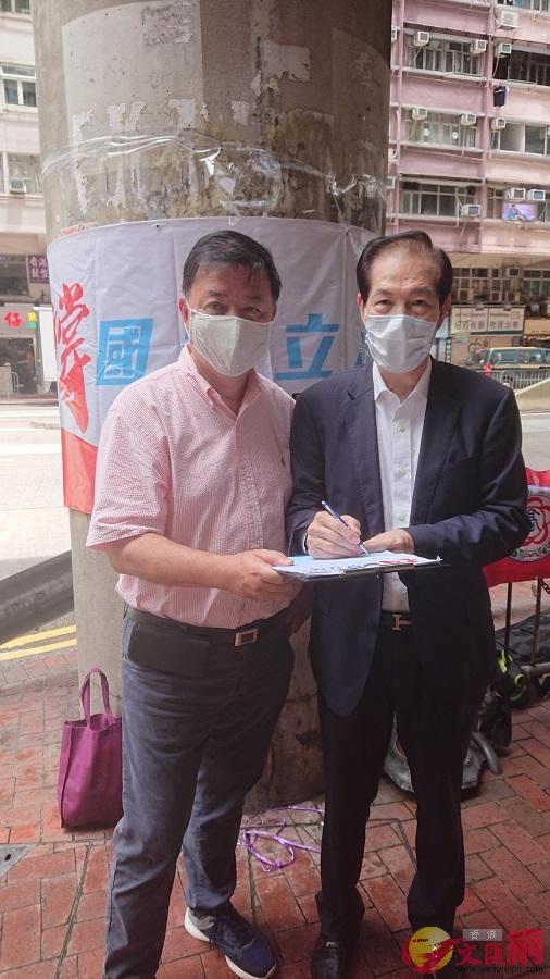 全國僑聯主席盧文端(右)、全國人大代表陳亨利在炮臺山街站