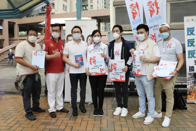 全國政協常委何柱國(左四)到省級政協北京站簽名支持。