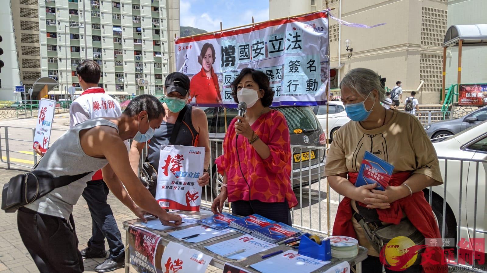 工聯會立法會議員麥美娟在屯門大興邨街站