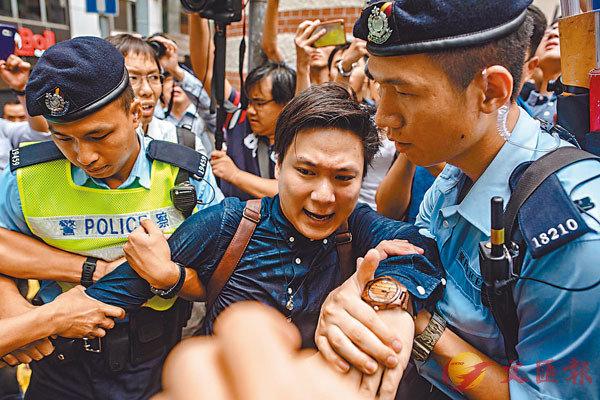 2018年8月,陳家駒在外國記者會外「聲援」陳浩天,因不服從警方指揮被捕。 資料圖片
