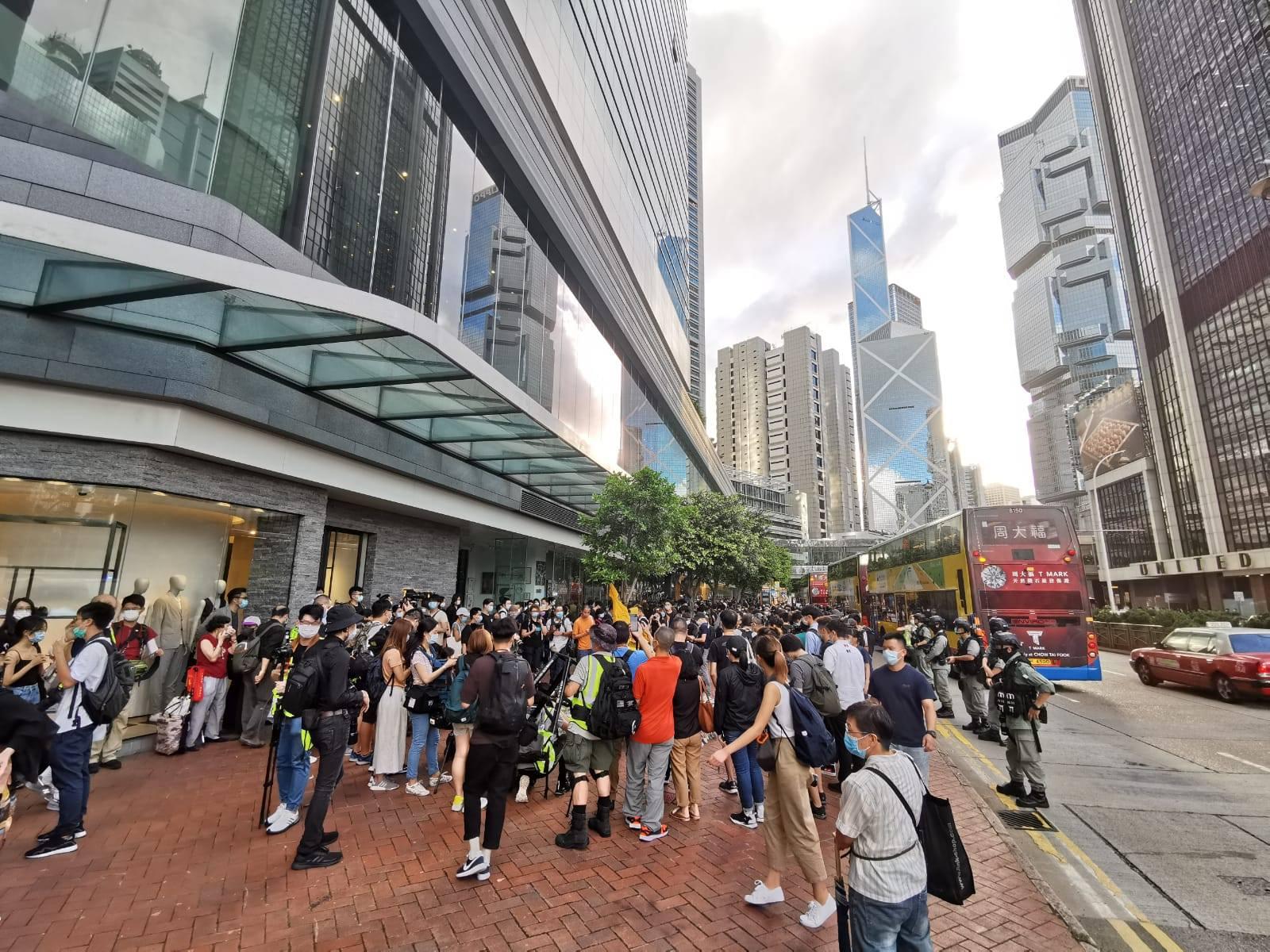 昨晚(15日)約6時,有人群在金鐘太古廣場外一帶非法集結及叫囂。