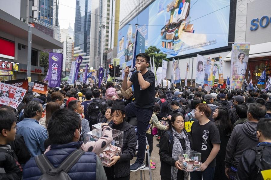 「香港眾志」多次現身非法集會街頭,鼓吹「港獨」口號。(彭博社)