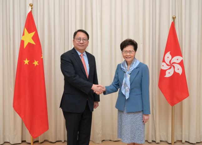 林鄭月娥(右)表示,深信陳國基(左)有能力兼任香港國安委秘書長(政府新聞處)