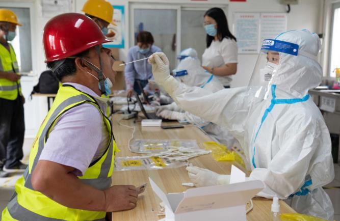 北京大興區醫護人員為市民採集核酸檢測樣本。(新華社資料圖片)