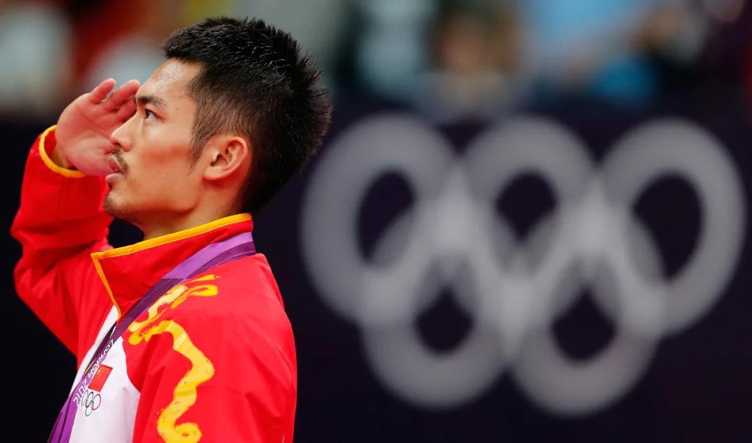 2012倫敦奧運會,林丹成功衛冕羽毛球男單冠軍,林丹在頒獎儀式上敬禮