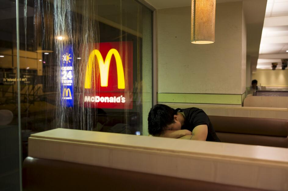 麥當勞在香港24小時營業,有不少無家可歸者在晚上會在麥當勞休息,漸漸被稱為「麥難民」。路透社