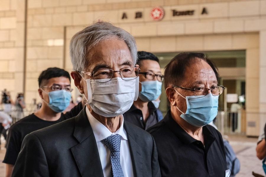 6月15日,亂港頭目李柱銘(左)到香港西九龍裁判法院應訊(中新社)