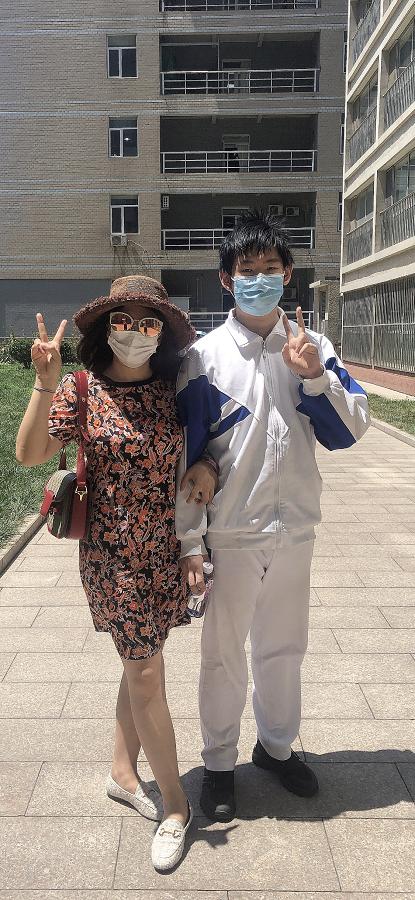 北航實驗學校中學部學生楊嘉南的母親文女士為楊嘉南(右)送考 (受訪者供圖)
