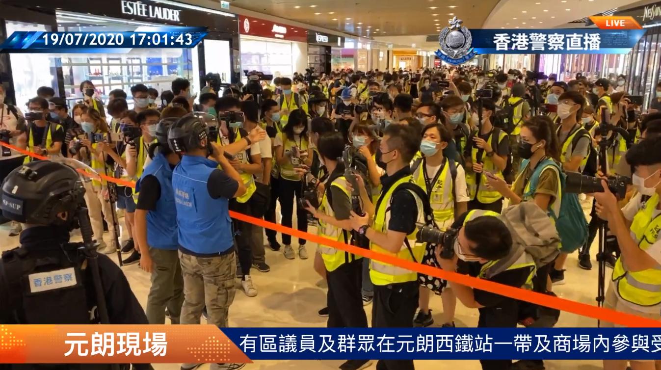 元朗形點商場內,大批著反光衣人士在現場進行拍攝及錄影。(視頻截圖)