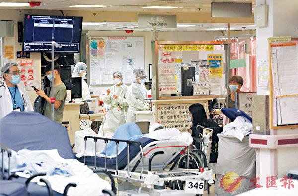 香港公營醫療系統瀕臨崩潰,不論是檢測抑或安排入院統統滯後。圖為伊利沙伯醫院急症室。(香港文匯報記者 攝)