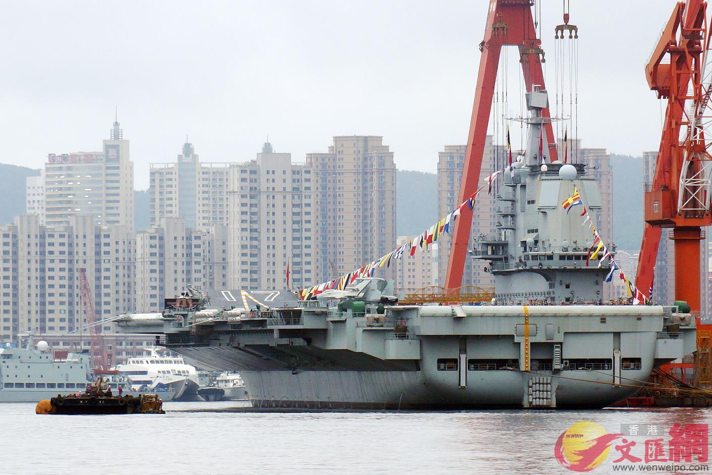 停泊在大連造船廠的山東艦 記者宋偉攝
