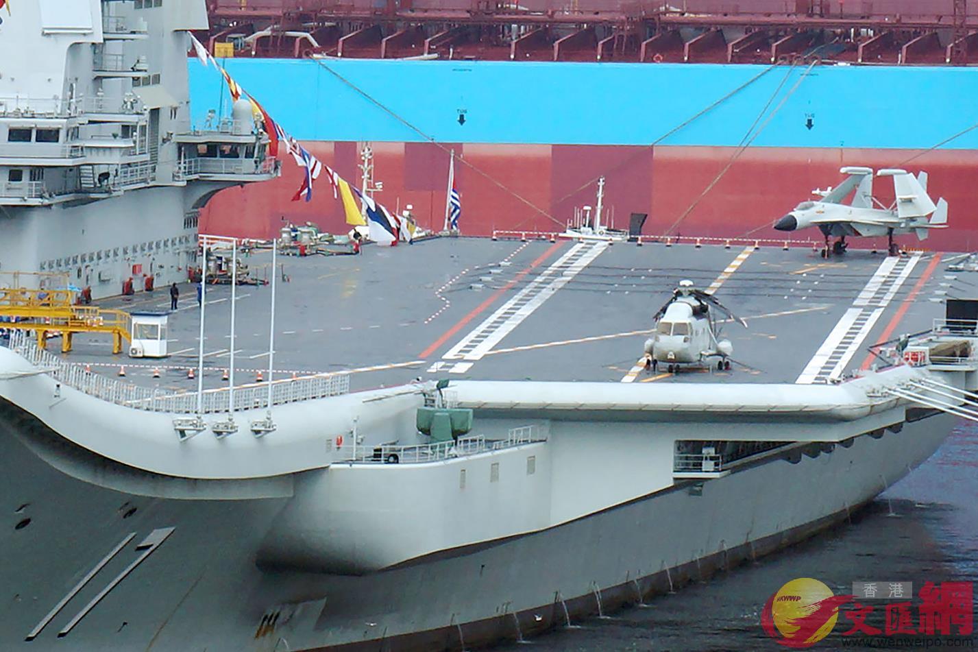 甲板上的殲15電子戰機和直18艦載機等比模型 記者宋偉攝