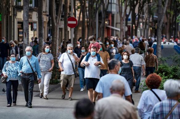 西班牙巴塞隆拿,民眾在所有室內和室外公共場所都必須佩戴口罩 (新華社資料圖片)