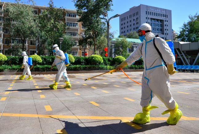 新疆衞生人員在街上進行消毒。 (新華社資料圖片)