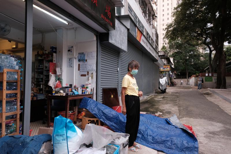 在慈雲山居住的吳婆婆面對嚴重疫情,仍獨自打理亡夫生前留下的五金雜貨舖。