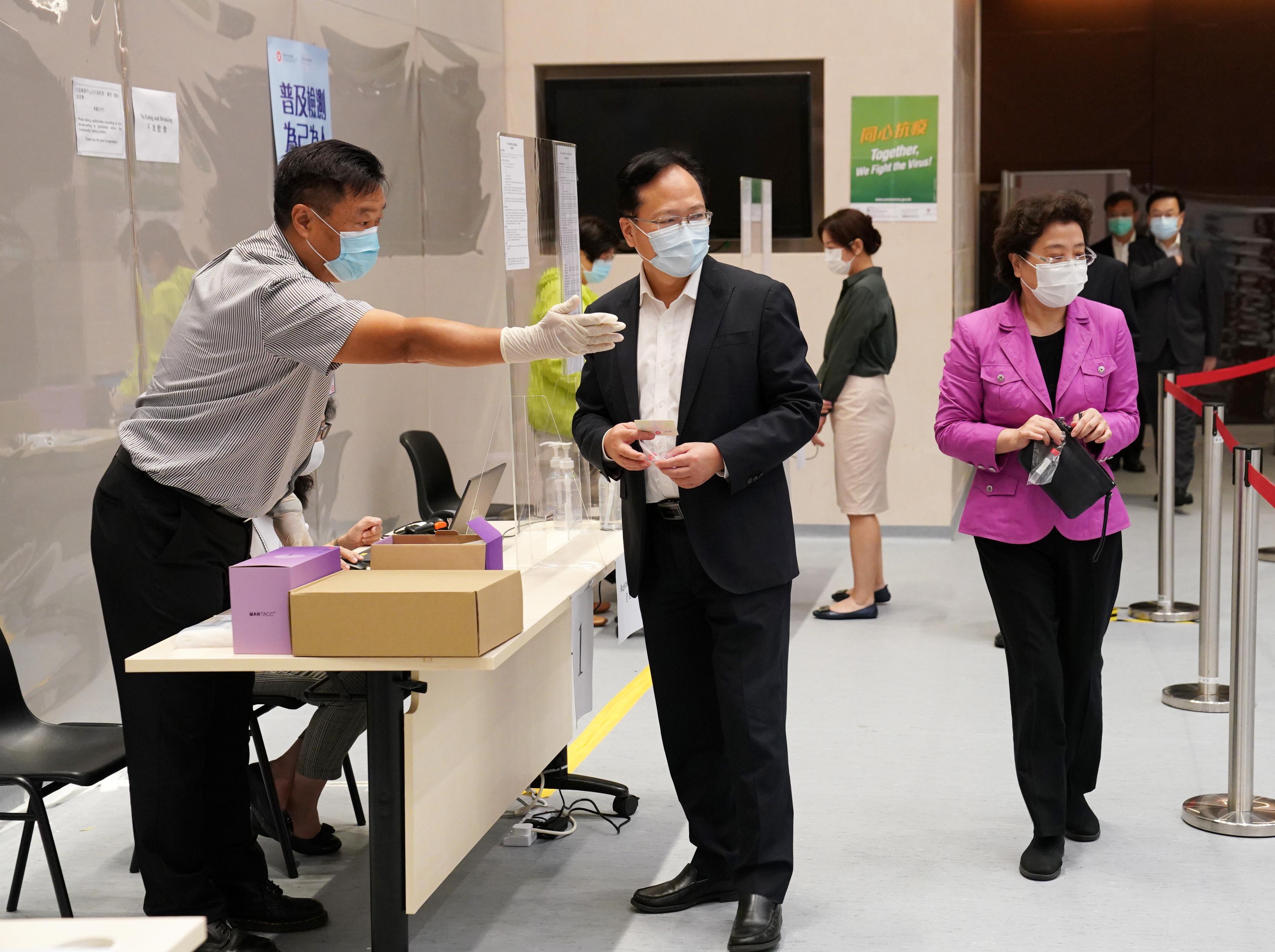 中聯辦副主任陳冬、仇鴻、盧新寧、何靖,秘書長文宏武在特區政府總部檢測點進行核酸採樣。(圖片來源:新華社)
