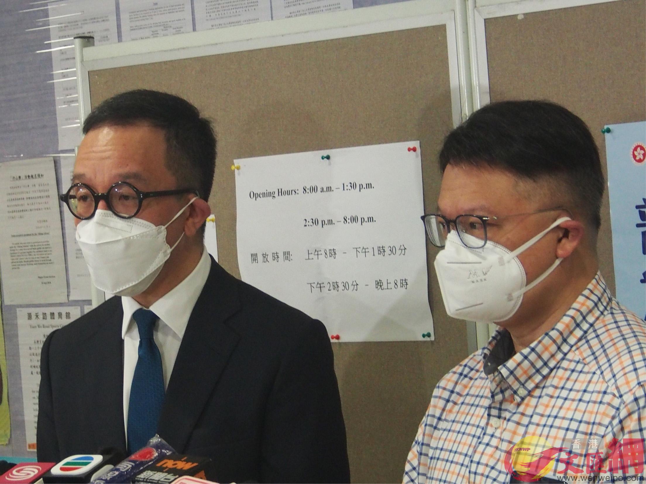 許樹昌(右)及梁卓偉(左)今早到沙田源禾路體育館檢測中心參加普檢