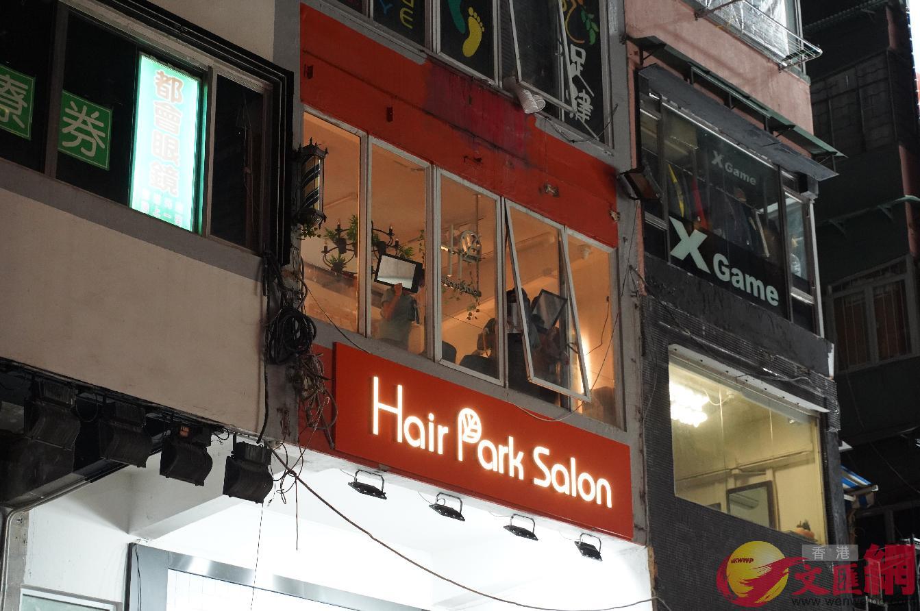 西洋菜南街一間樓上髮型屋對警方舉鏡,妄圖反射警方的電筒。大公文匯全媒體記者 攝