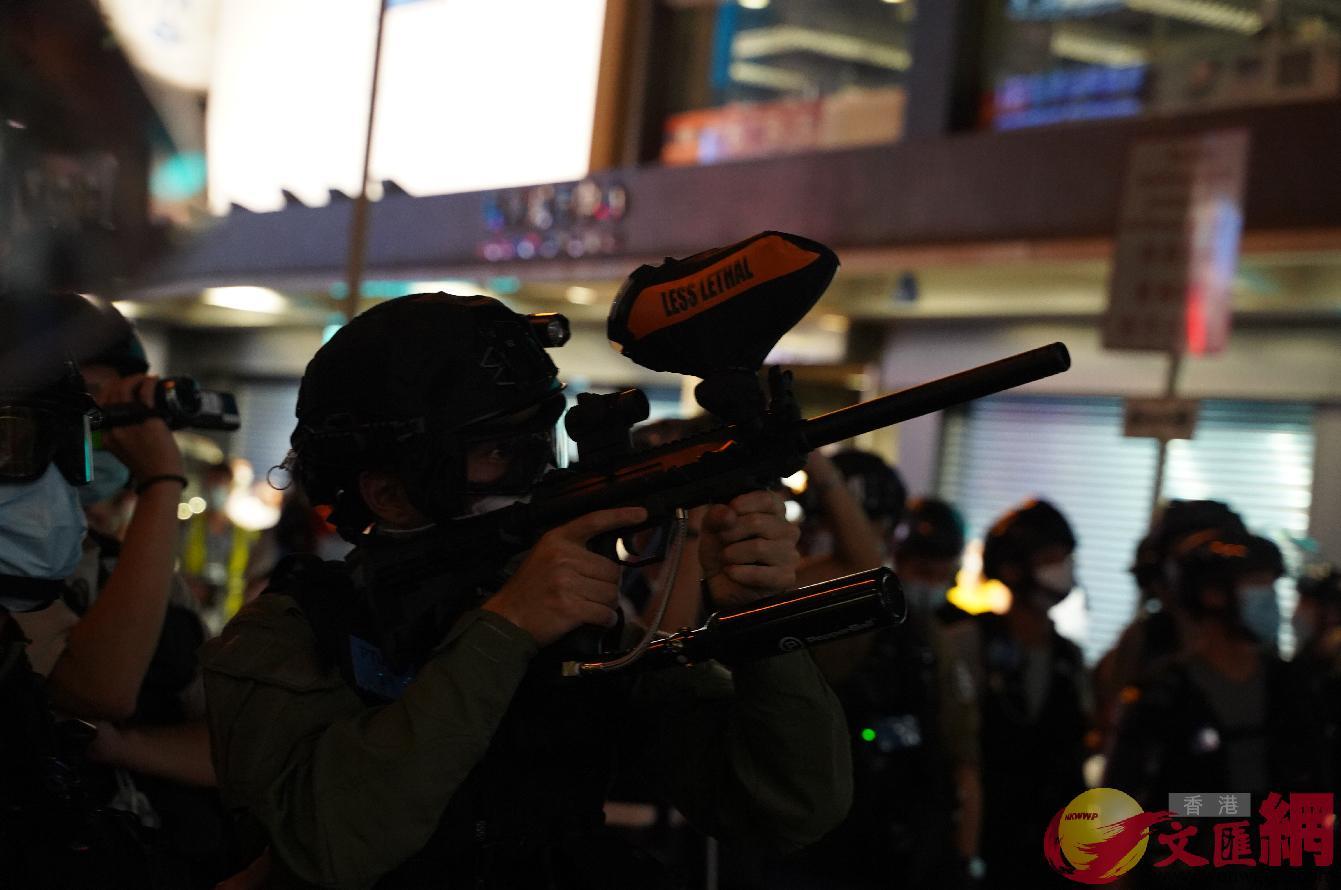 警方向髮型屋舉起胡椒球槍,並要求髮型屋下的記者離開火網。大公文匯全媒體記者 攝