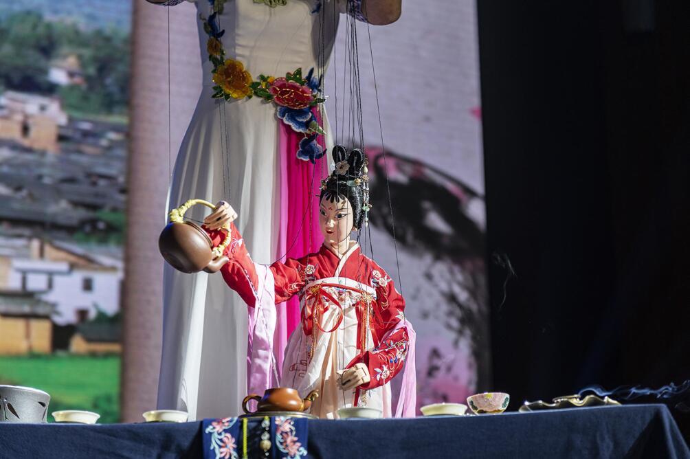 非遺傳承人、木偶戲演員黃妃浣表演木偶茶藝。