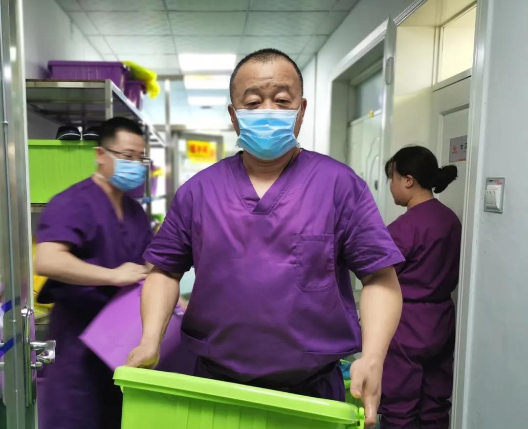 管向東教授在黑龍江綏芬河指導患者救治,把科學防控、分層救治等經驗成功應用到綏芬河疫情防控中。受訪者供圖