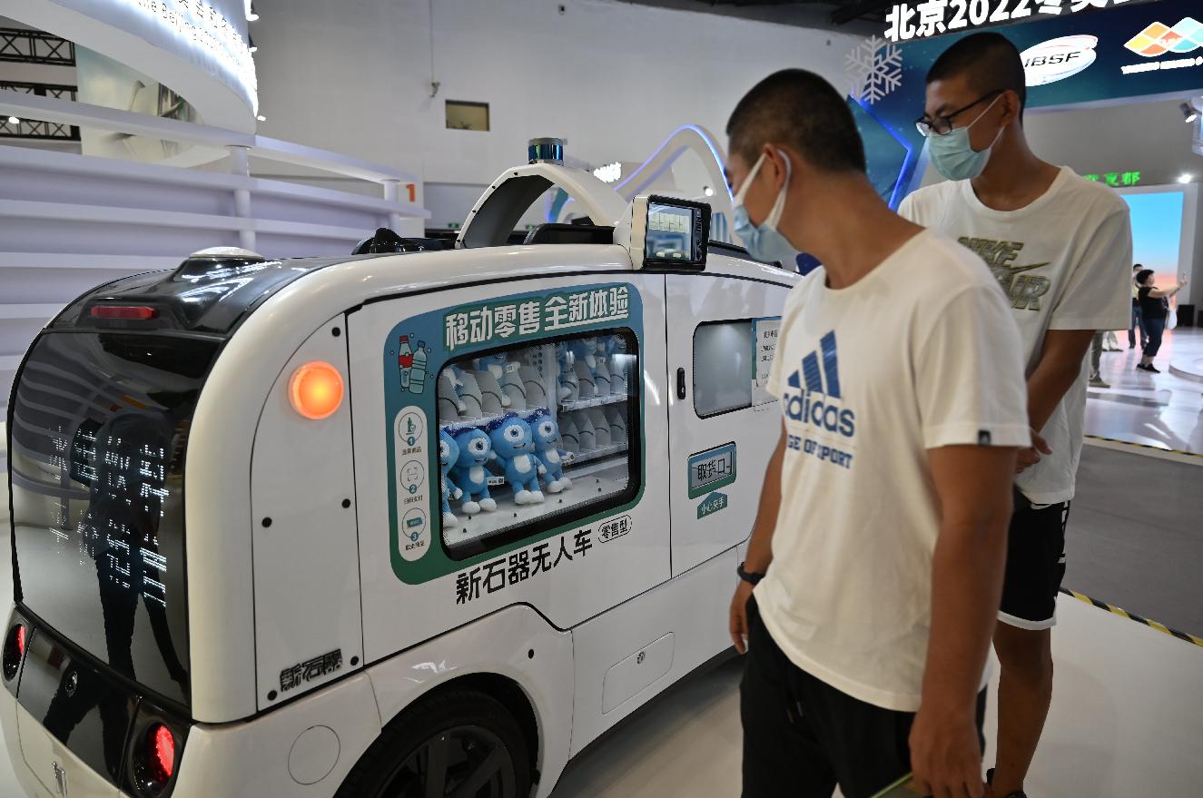 內地疫情警報已經解除,在北京舉辦的服貿會,基於公眾安全,仍要求入場參觀者佩戴口罩。(中新社)