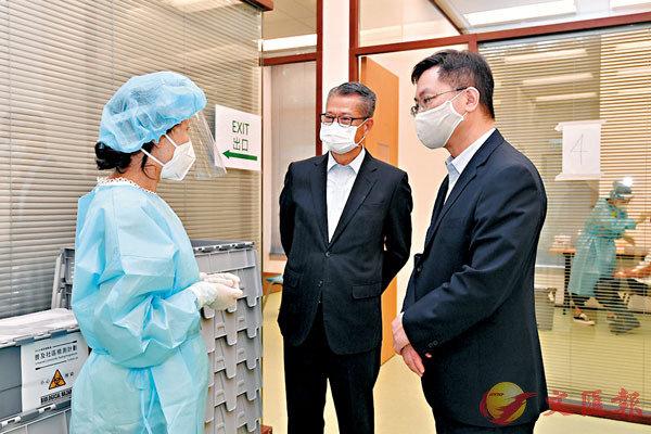 陳茂波日前到訪位於科學園的社區檢測中心視察運作情況,並給前線工作人員打氣。司長網誌圖片