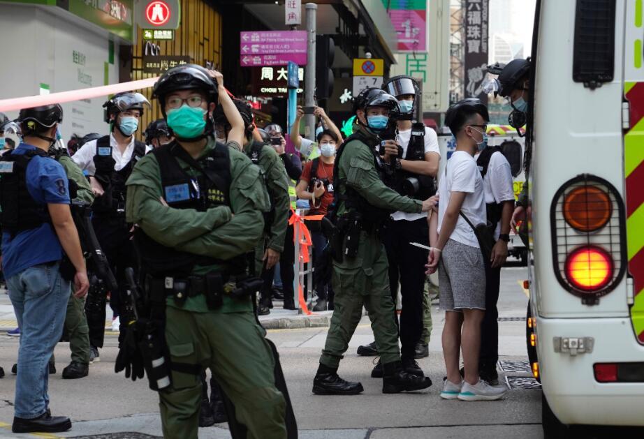 警方押送非法示威者。美聯社