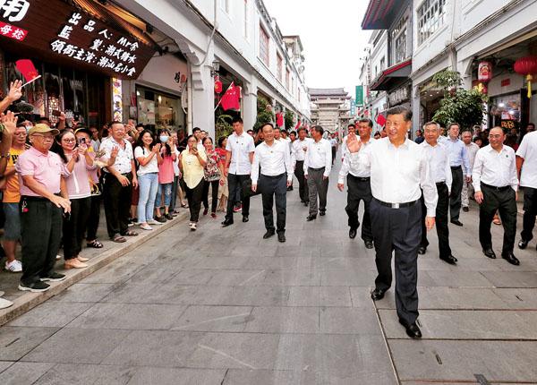 國家主席習近平考察廣東潮州市牌坊街時,向現場民眾揮手致意。新華社