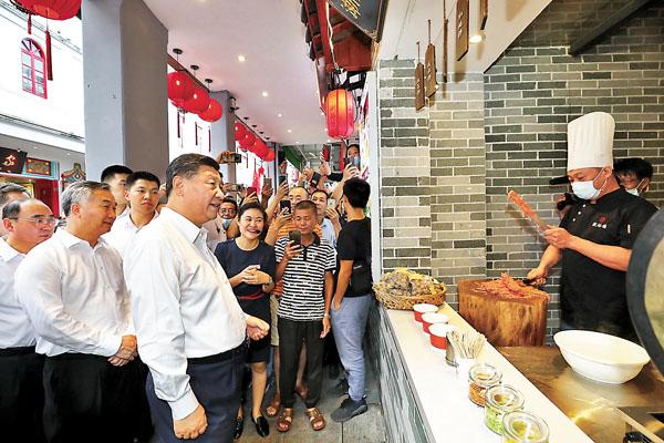國家主席習近平在潮州市牌坊街察看文旅資源開發等情況。新華社